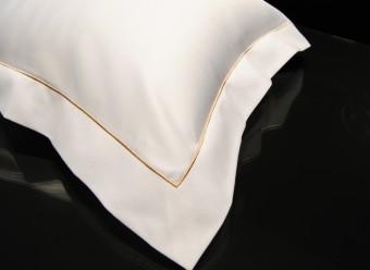 Christian-Fischbacher-Bettwäsche-Luxury-Nights-Luxury-Suite-weiß-ocker-Satin
